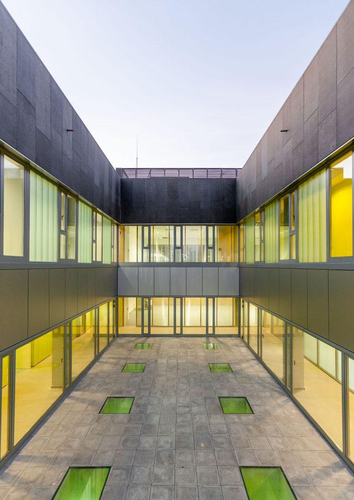 Edificio dotacionalpara la Policía Local y Protección Civil de Lugo fotografíado para Mestura Artquitectes.