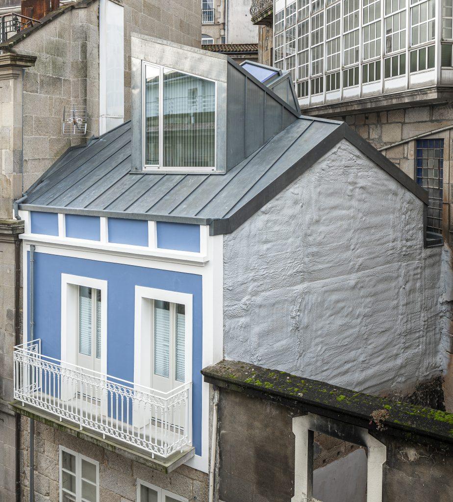 Restauración de ático en el casco histórico de Vigo. Proyecto de Eva María Castro y EGG Arquitectos. Muebles de Ventura | Foto Andrés Fraga